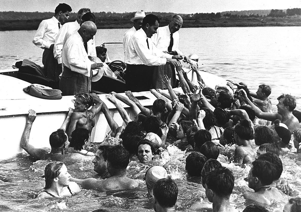 リチャード・ニクソン米副大統領とソ連指導者ニキータ・フルショフがボートでモスクワ川を観覧している。右側に立っている人はミルトン・アイゼンハワー。1959年7月24日