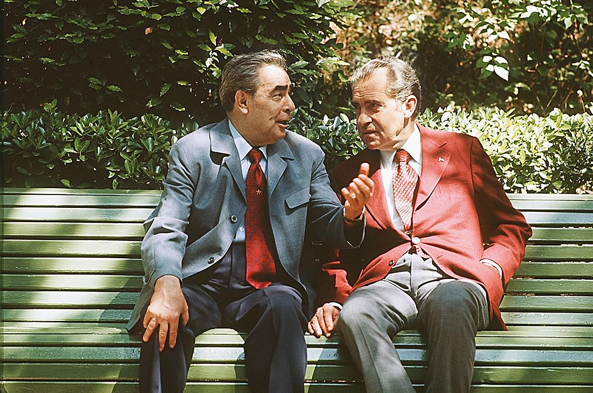 ソ連指導者レオニード・ブレジネフ(左)とリチャード・ニクシン米大統領が交渉の休暇に話し合っている。ニクソンの訪ソ中。ヤルタ、黒海の海岸。1974年
