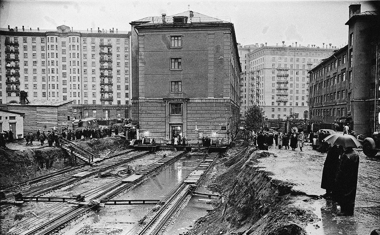 Déplacement d'un bâtiment à Tverskaïa, fin des années 1930