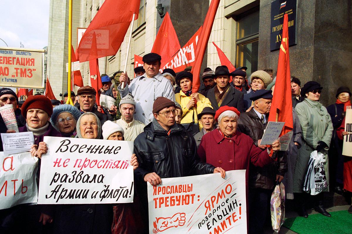 エリツィン大統領の弾劾に賛成している右派団体が国会議事堂前でデモを行う。1999年5月