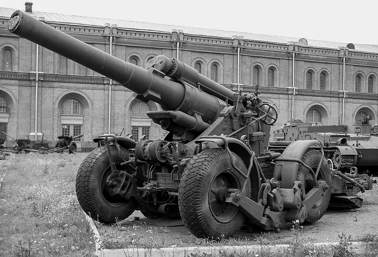 Хаубица Б-4М калибра 203 мм у Артиљеријском музеју, Санкт Петербург.