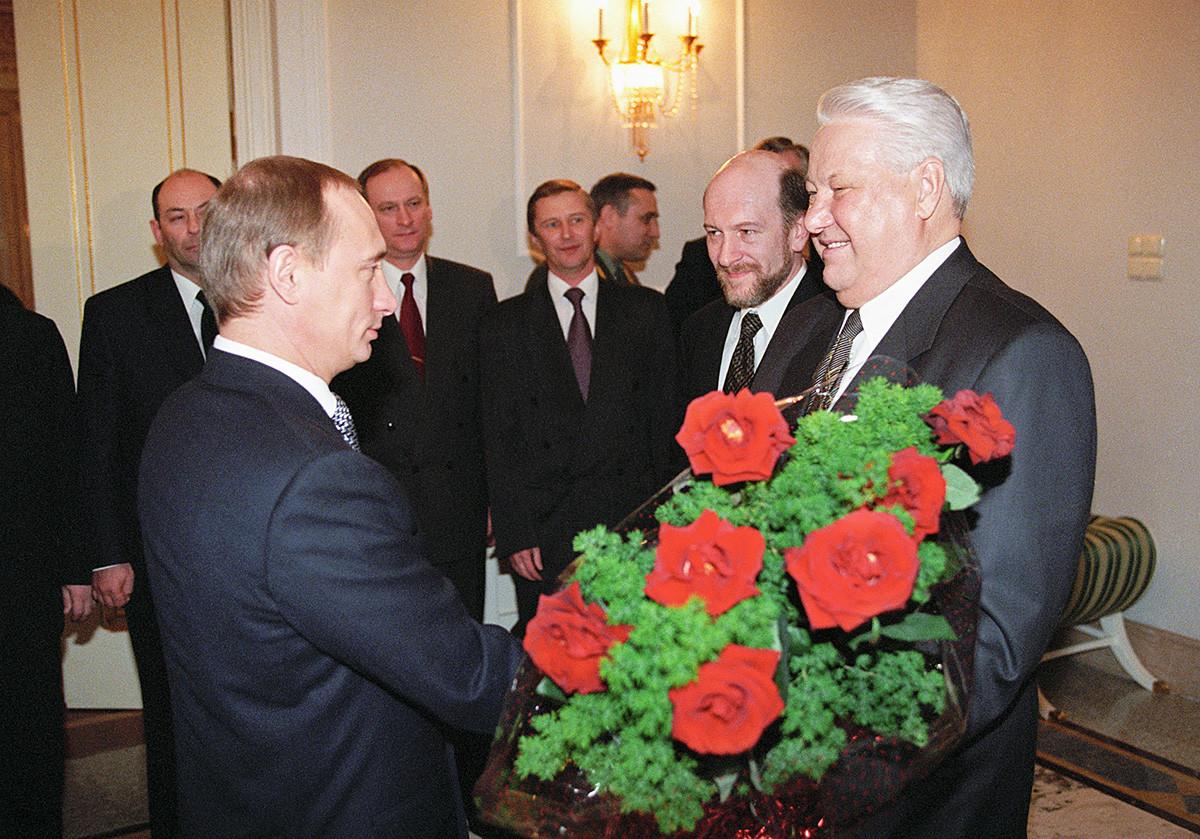 Борис Јељцин и Владимир Путин после званичне церемоније примопредаје власти 1999. године.