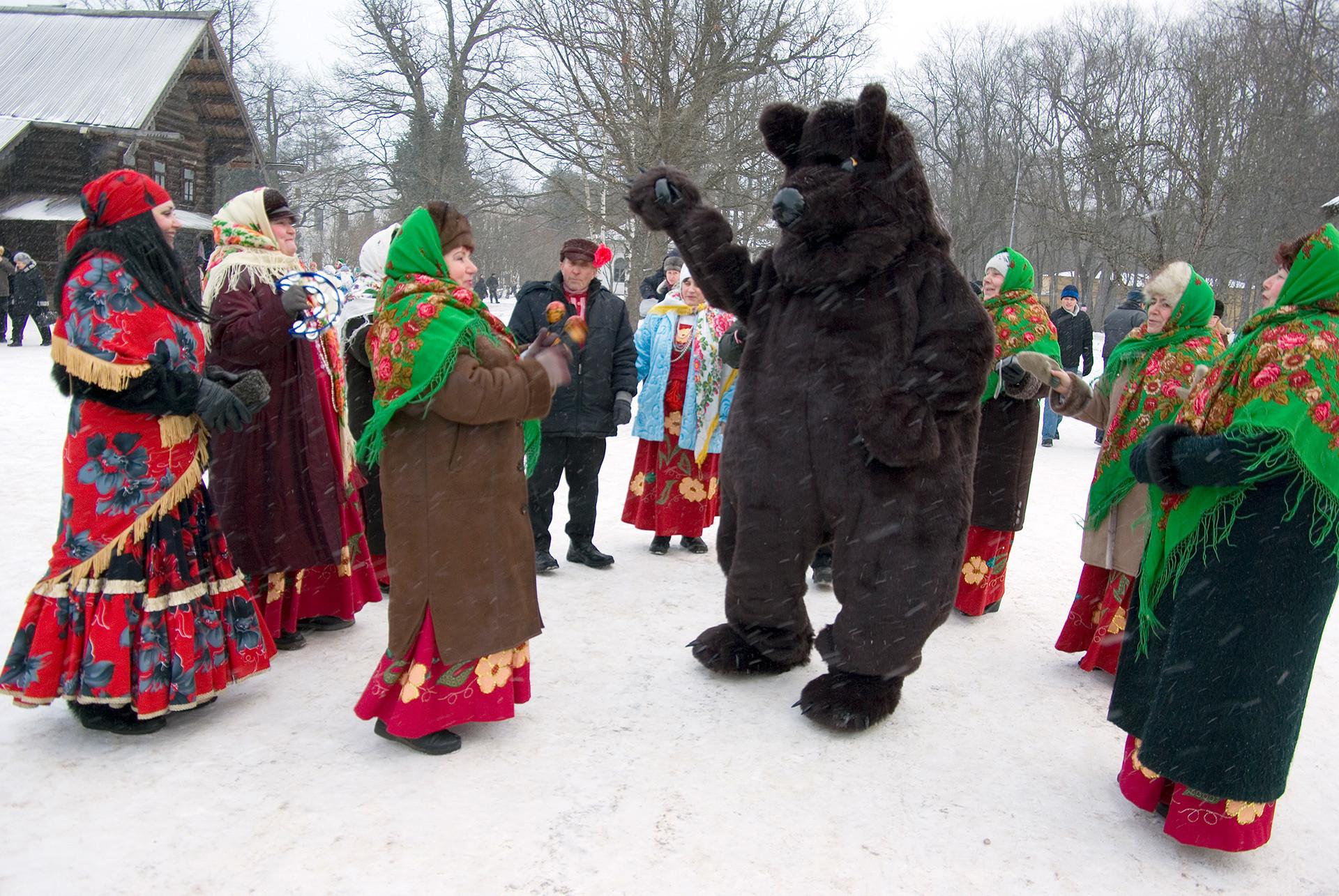 El festival dedicado a la Navidad en Nóvgorod Veliki suele celebrarse cerca del Museo de Arquitectura de Madera de Vitoslavlitsi. Nóvgorod. Rusia.