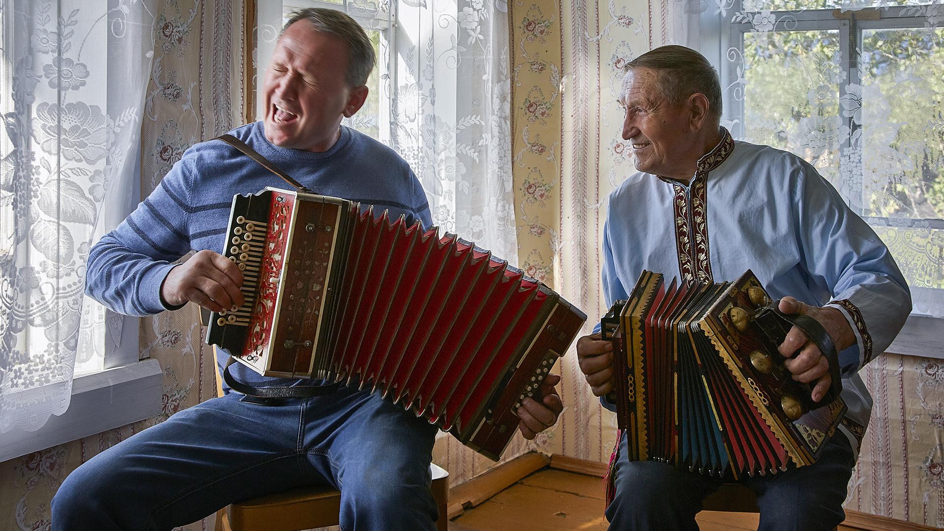 Ivan Pechkov, chef de kolkhoz (ferme collective), avec le plus vieil accordéoniste du district, Veniamin Kourbatov. Région de Vologda, village de Tarnogorski gorodok.