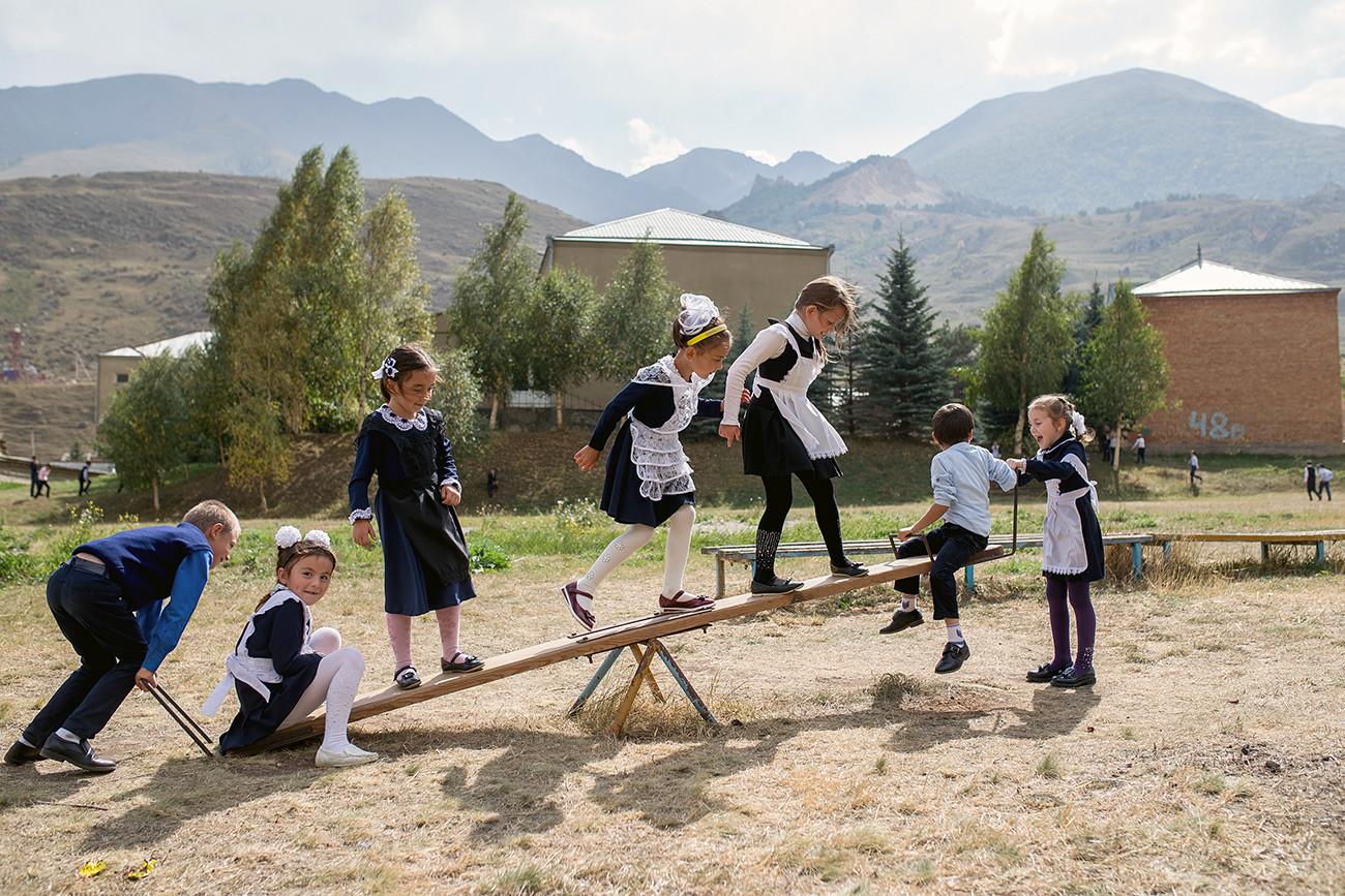 Des enfants dans la cour d'une école. République de Kabardino-Balkarie, village de Bouloungou.