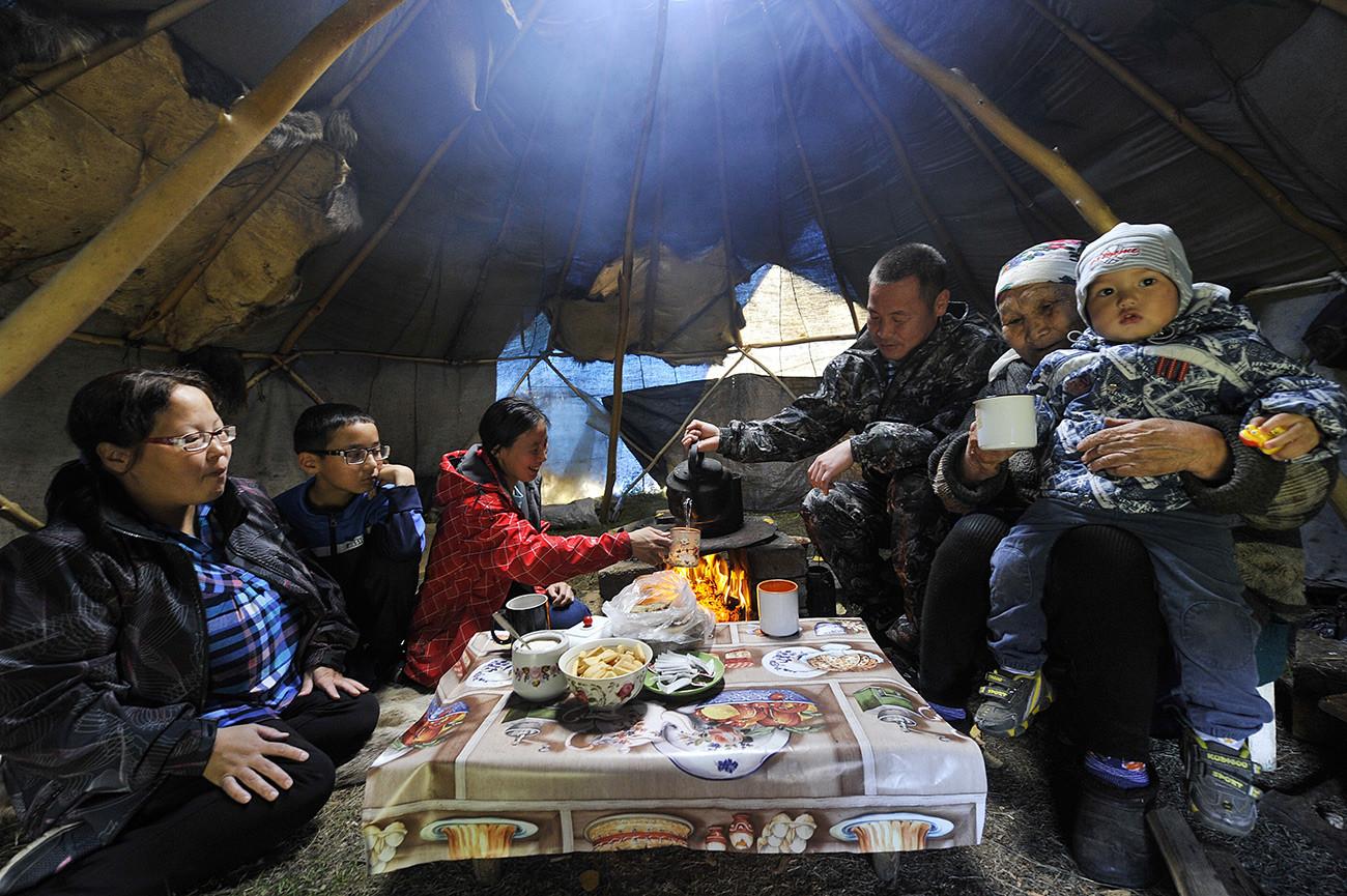 L'heure du thé dans la yourte. Matrena Mandiatova, 80 ans, cheffe de la communauté autochtone evenke, avec sa famille. Kamchatka, village d'Esso.