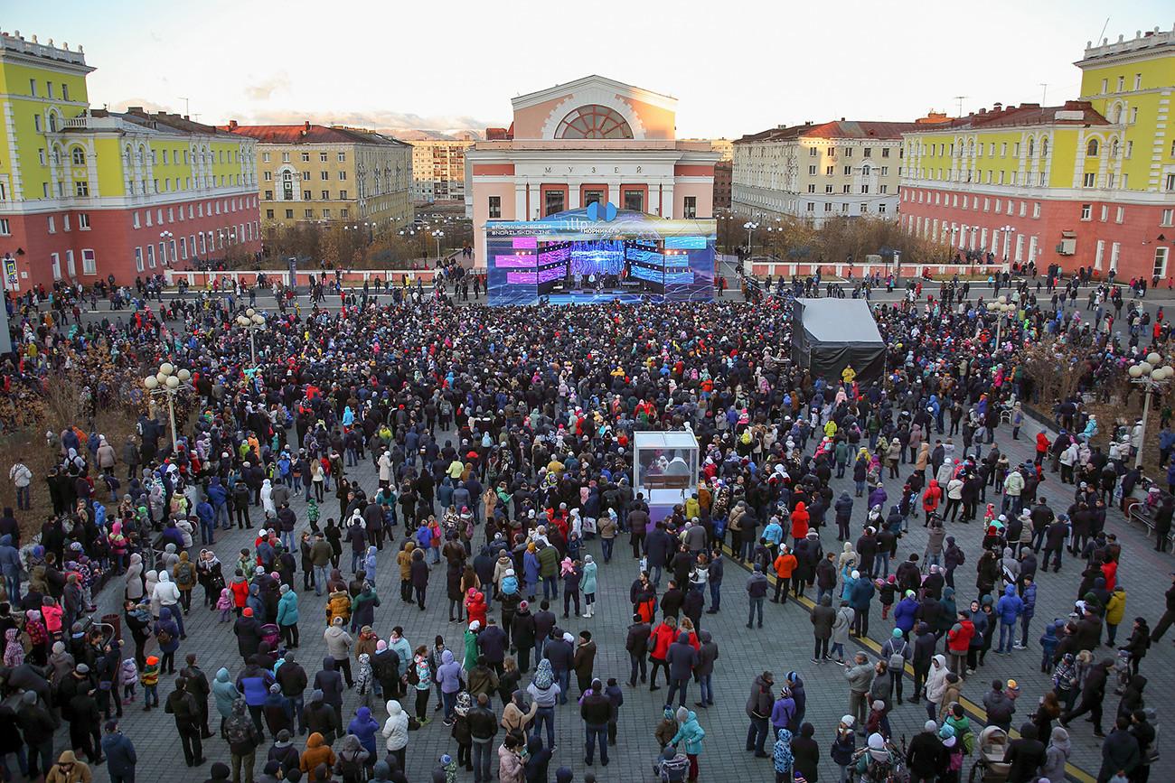 L'Internet par fibre optique est lancé dans la ville de Norilsk, dans le Nord du pays – un événement très important pour les habitants qui ont enfin obtenu une connexion rapide. Région de Krasnoïarsk, ville de Norilsk.