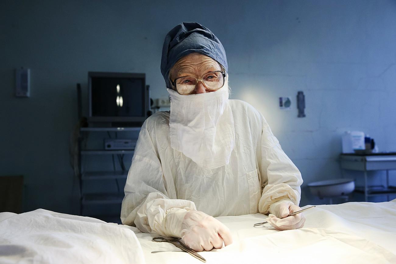 Alla Levouchkina, 90 ans, à l'hôpital clinique n°11 de la ville de Riazan. Elle est la chirurgienne la plus âgée en exercice dans le pays.