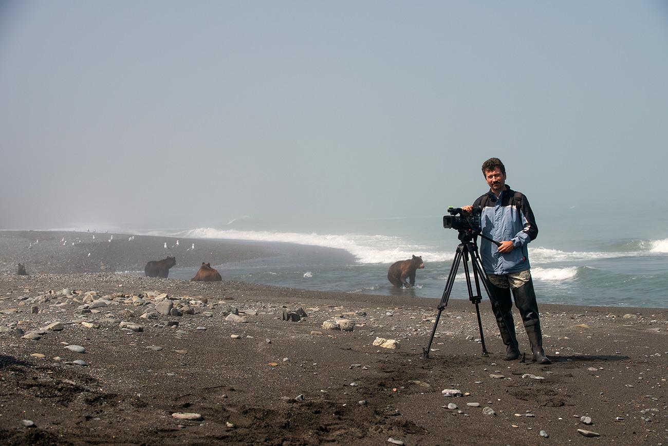Le photographe amateur Sergueï Assaoulenko réalise des films sur les ours. Sakhaline