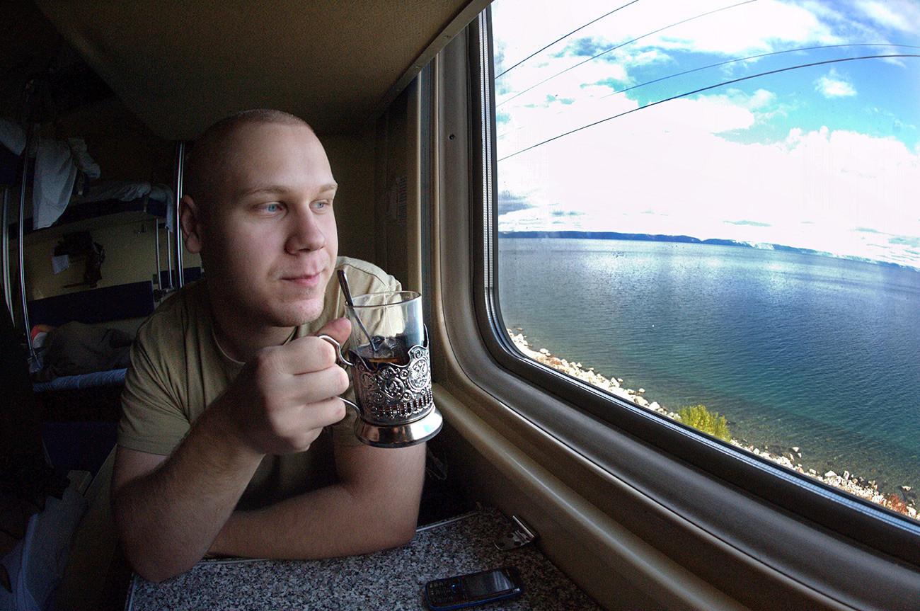 Le conscrit Alekseï Krassilnikov, à bord du train Moscou-Vladivostok, est sur le chemin du retour. On peut voir le lac Baïkal à l'extérieur. Région d'Irkoutsk