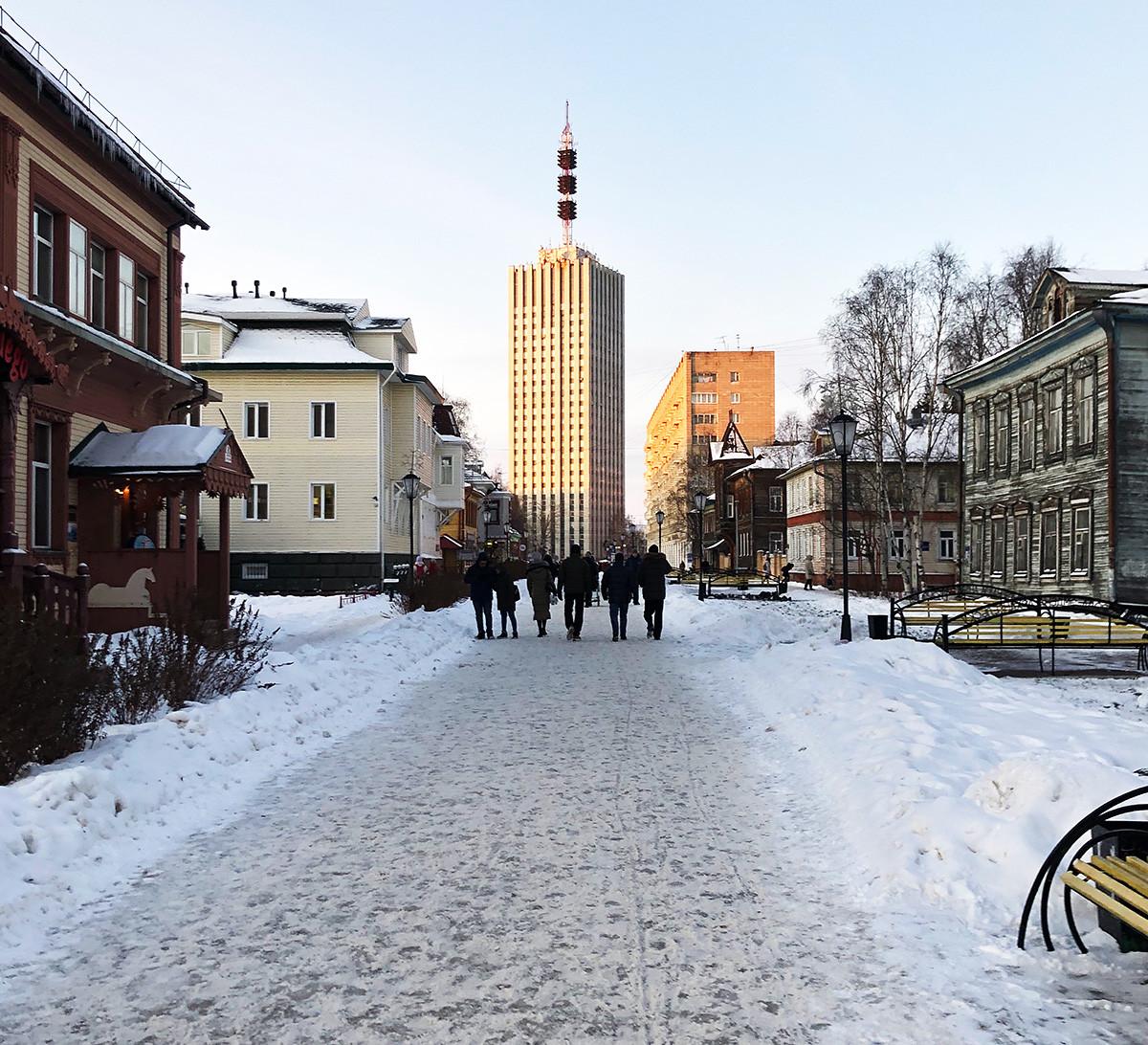 Rue Tchoumbarova-Loutchinski, principal emplacement des structures en bois historiques d'Arkhangelsk, mêlées à des bâtiments de l'ère Brejnev
