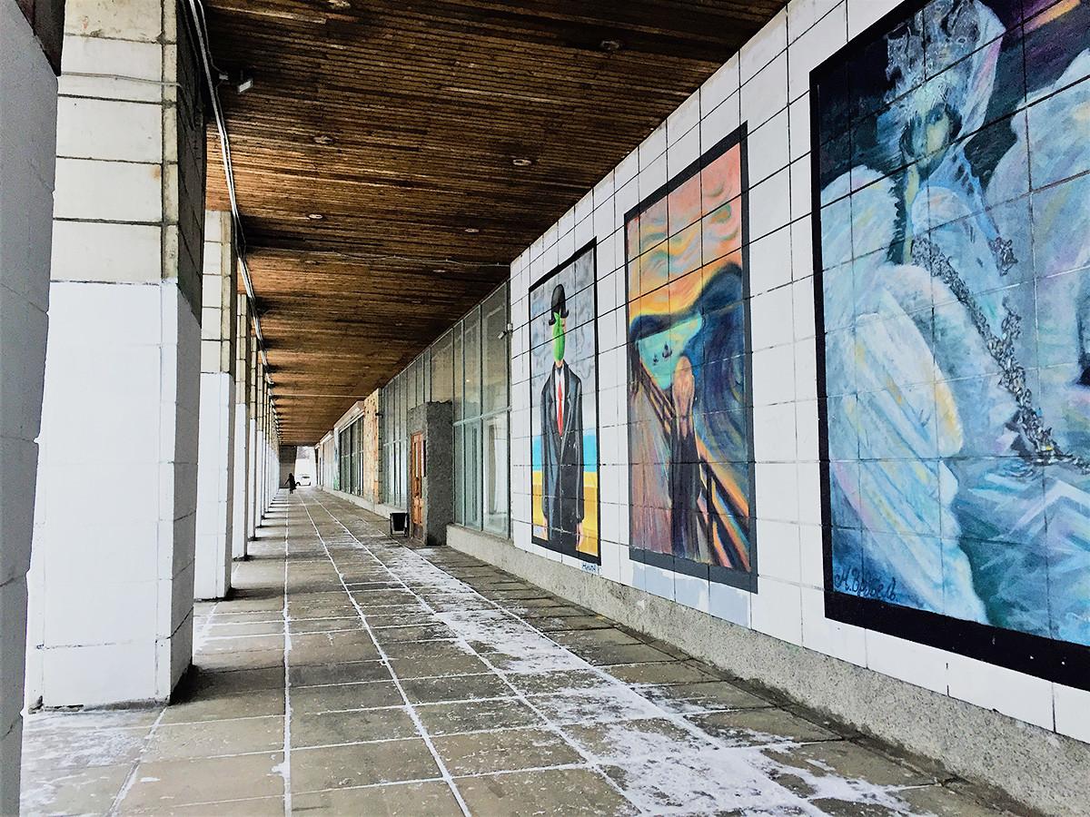 Murs du musée d'art d'Arkhangelsk recouverts de graffitis reprenant les œuvres de Dmitri Vroubel (à gauche) et de Kazimir Malevitch (à droite)