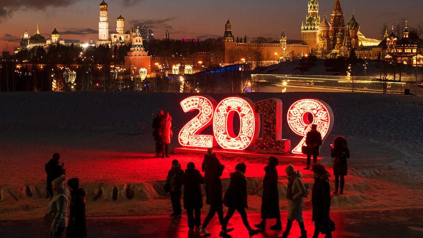 Obiskovalci v parku Zarjadje v Moskvi