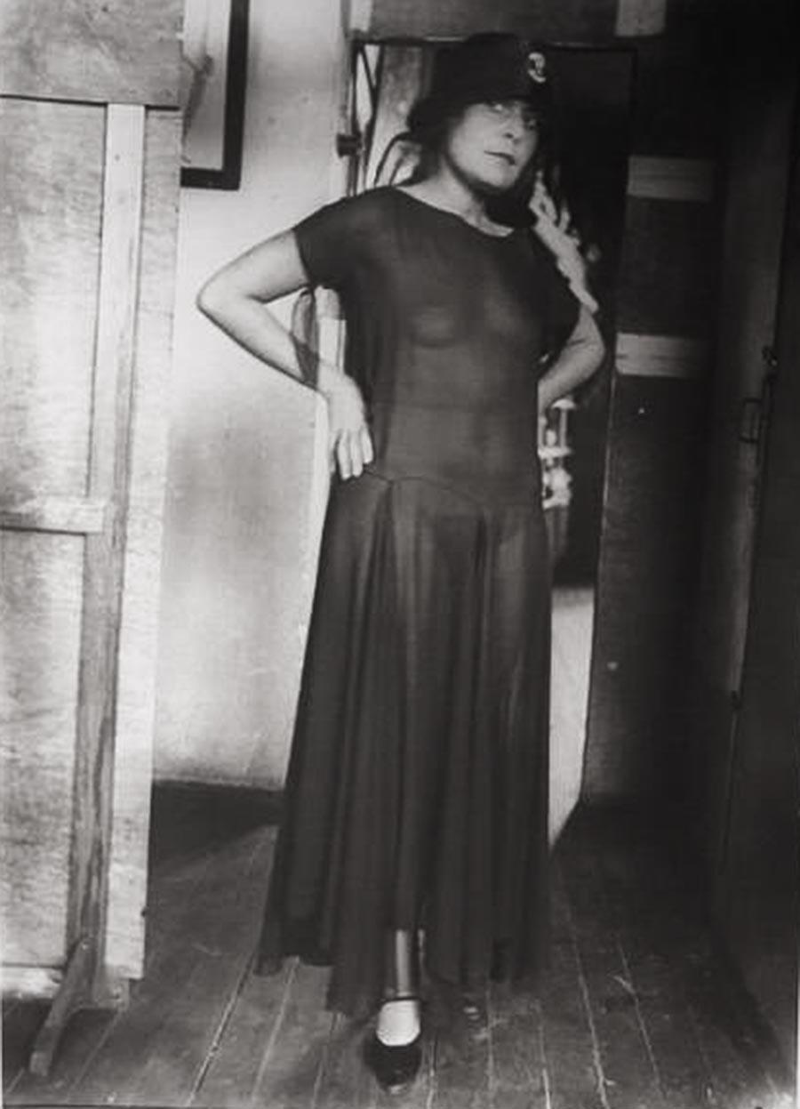 Љиља Брик у прозирној хаљини.