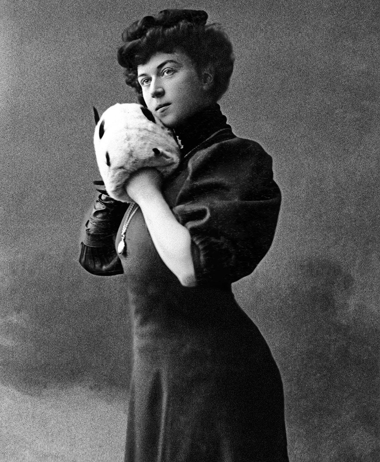 Александра Михајловна Колонтај, девојачко Домонтович (1872-1952), прва жена министар у историји и жена амбасадор. У влади коју су бољшевици формирали после свргавања Привремене владе у октобру 1917. године добила је место министра, тј. народног комесара за старатељство. Фотографија из 1900-1902.