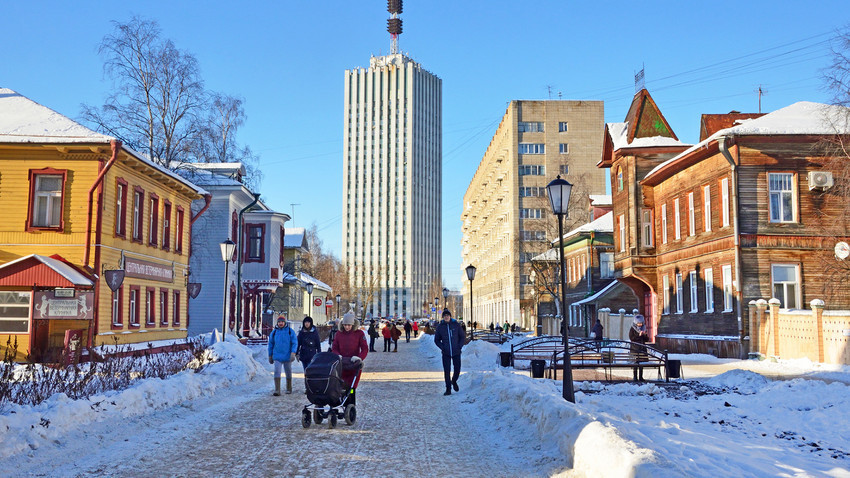 Ulica Čumbarova-Lučinskega, osrednje mesto z zgodovinskimi lesenimi stavbami v Arhangelsku, ki se srečajo z zgradbami iz časa Brežnjeva