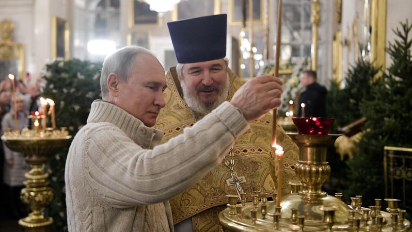 Претседателот на Русија Владимир Путин на Божиќната богослужба во Спасо-Преображенскиот храм во Санкт Петербург, Русија, 6 јануари 2020.