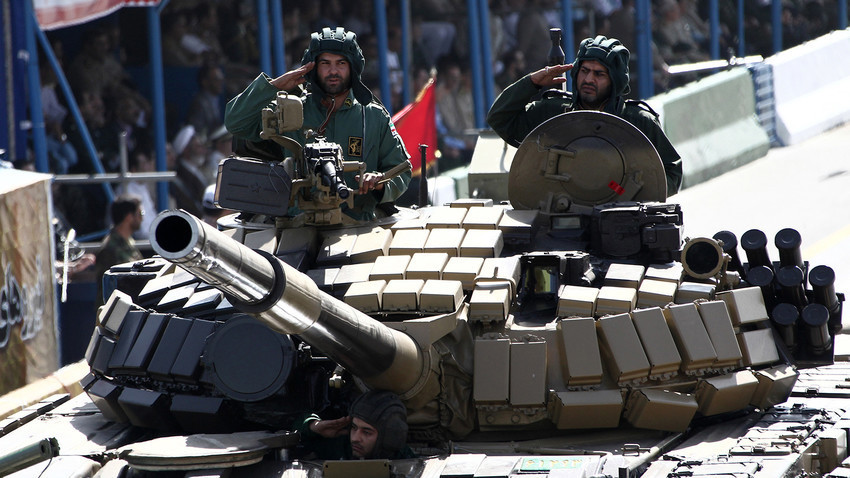 Поздрав на иранските војници на тенкот Т-72 на парадата по повод годишнината од Иранско-ирачката војна (1980-1988), Техеран, 22 септември 2014 година.