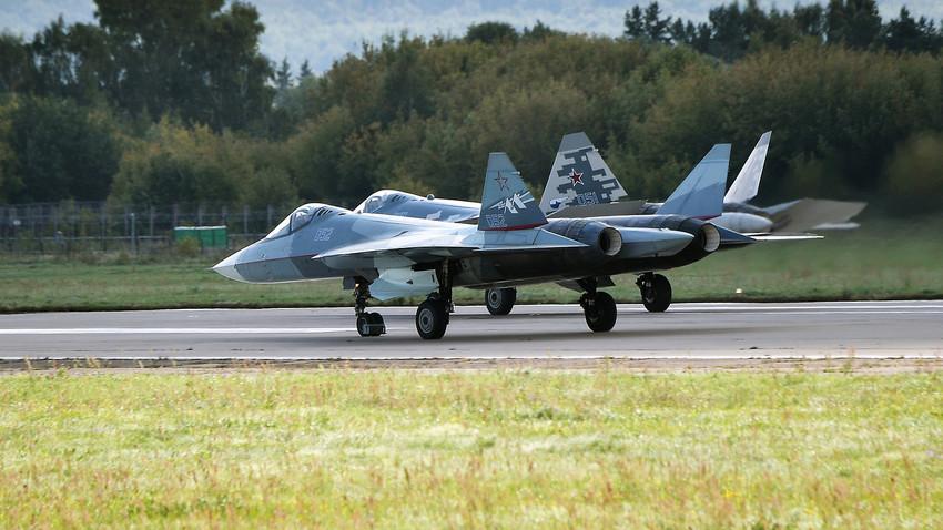 """Lovački avion Su-57 """"Suhoj"""" u akrobatskom letu na aeromitingu MAKS 2019 u gradu Žukovskom blizu Moskve, Rusija, 27. kolovoza 2019."""