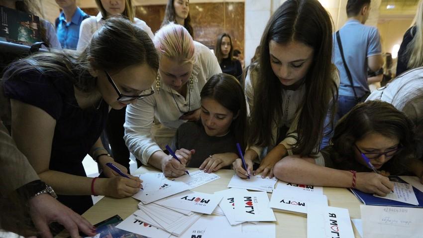 Mahasiswa baru pada hari pertama kuliah di Universitas Negeri Moskow (MGU), September 2019.