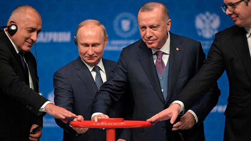 トルコストリームの開業式。ブルガリアのボイコ・ボリソフ首相、ロシアのウラジーミル・プーチン大統領、トルコのレジェップ・タイイップ・エルドアン大統領、セルビアのアレクサンダル・ヴチッチ大統領。