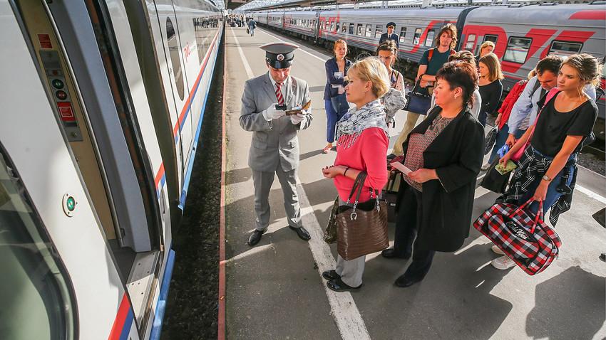 """Stujard prilikom provjere dokumenata putnika brzog vlaka """"Sapsan"""" koji prometuje na relaciji Sankt-Peterburg – Moskva, na Moskovskoj željezničkoj stanici."""