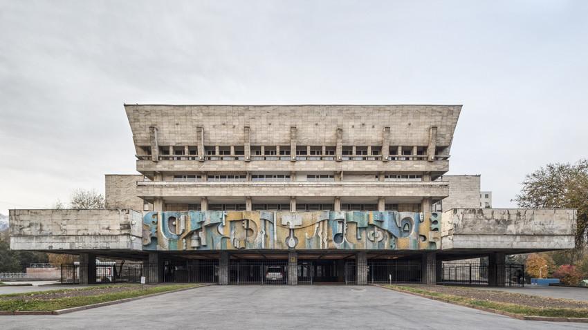 Teatro accademico statale russo per giovani e bambini (ex Palazzo della Cultura AHBK) (1981). Almaty, Kazakistan