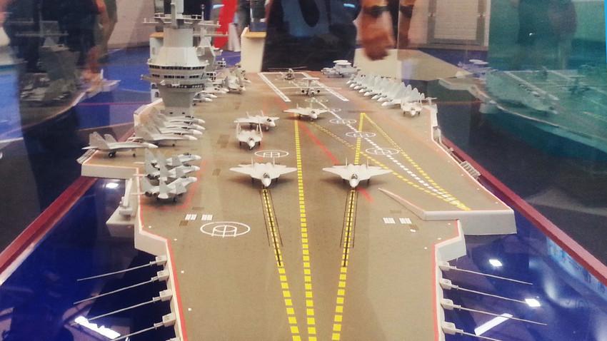 """Model letalonosilke projekta 23000E na razstavi """"Armija 2015""""."""