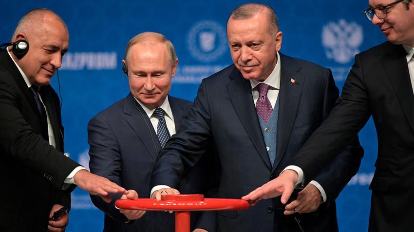 Претседателите на Русија и на Турција Владимир Путин и Реџеп Таип Ердоган на церемонијата на официјалното пуштање во работа на Турски тек во Истанбул. Со нив се и претседателот на Србија Александар Вучиќ и бугарскиот премиер Бојко Борисов, 8 јануари 2020 година.