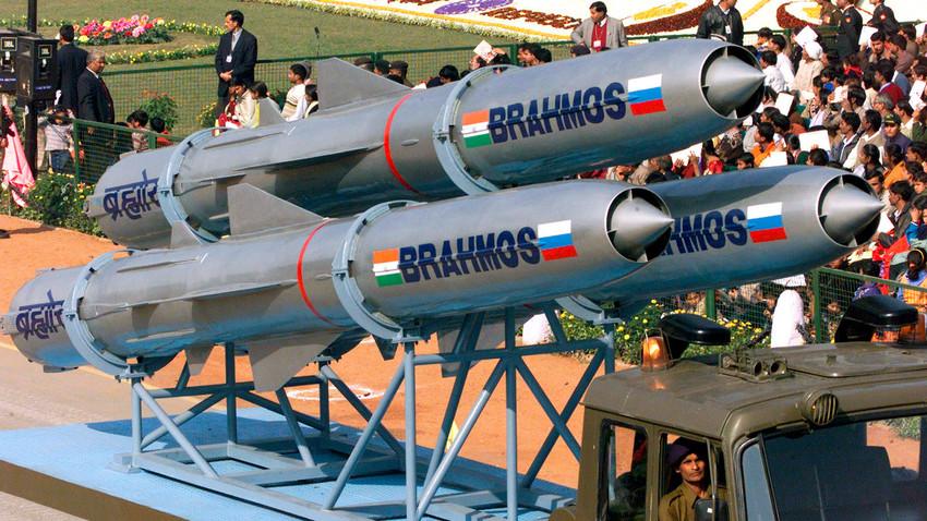 Los visitantes pasan por delante de un misil antibuque BrahMos de la India en la Feria Internacional de Defensa Marítima de San Petersburgo, Rusia, julio de 2019.