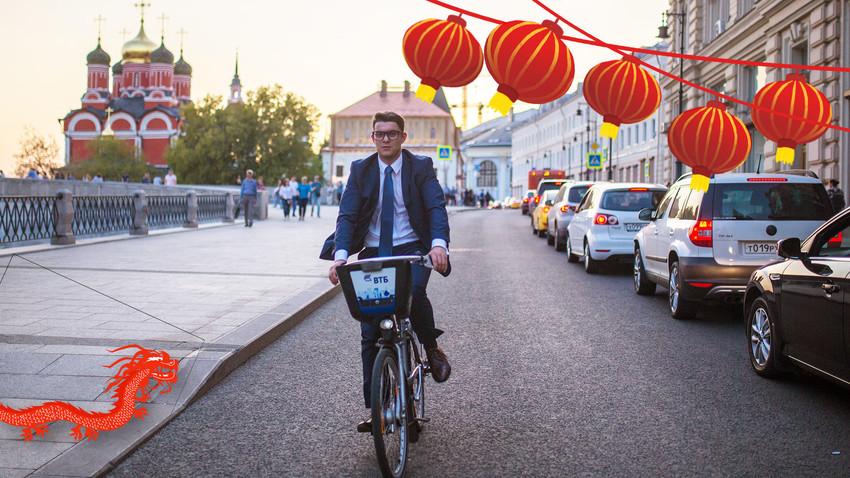 キタイ・ゴロド地区のワルワルカ通りで自転車に乗っている男