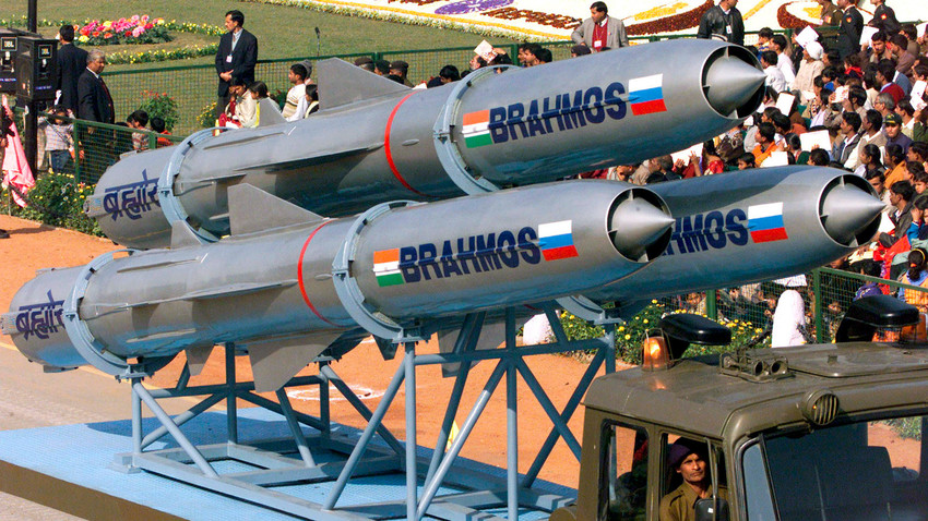 Indijske supersonične krstareće rakete montirane na kamion i demonstrirane u New Delhiju.