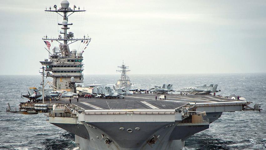 """Американски ядрен самолетоносач """"Джордж Вашингтон"""" (CVN-73)."""