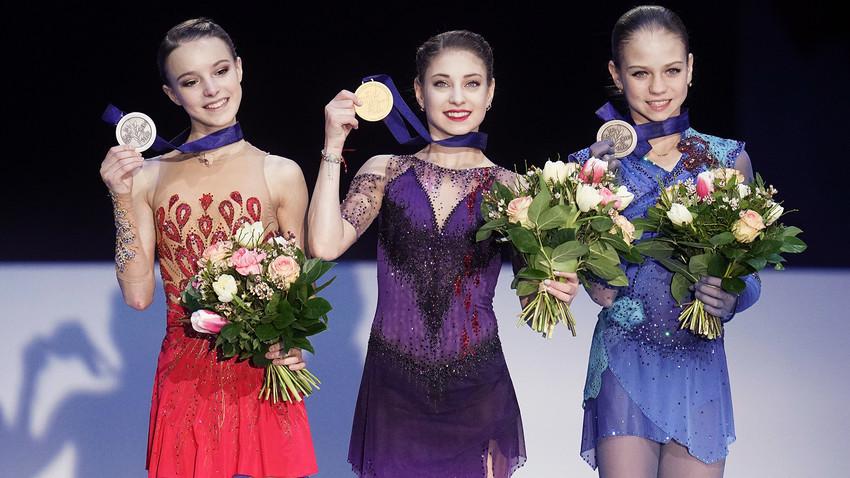 Трите медала във фигурното пързаляне в индивидуална програма на Европейското първенство в Грац отидоха при рускините: Ана Щербакова (сребро), Альона Косторная (злато), АлександраТрусова (бронз).