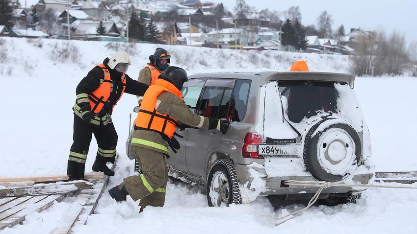 Suasana latihan penyelamatan mobil yang terperosok di es, di Distrik Verkhny Uslon, Tatarstan, Januari 2018.