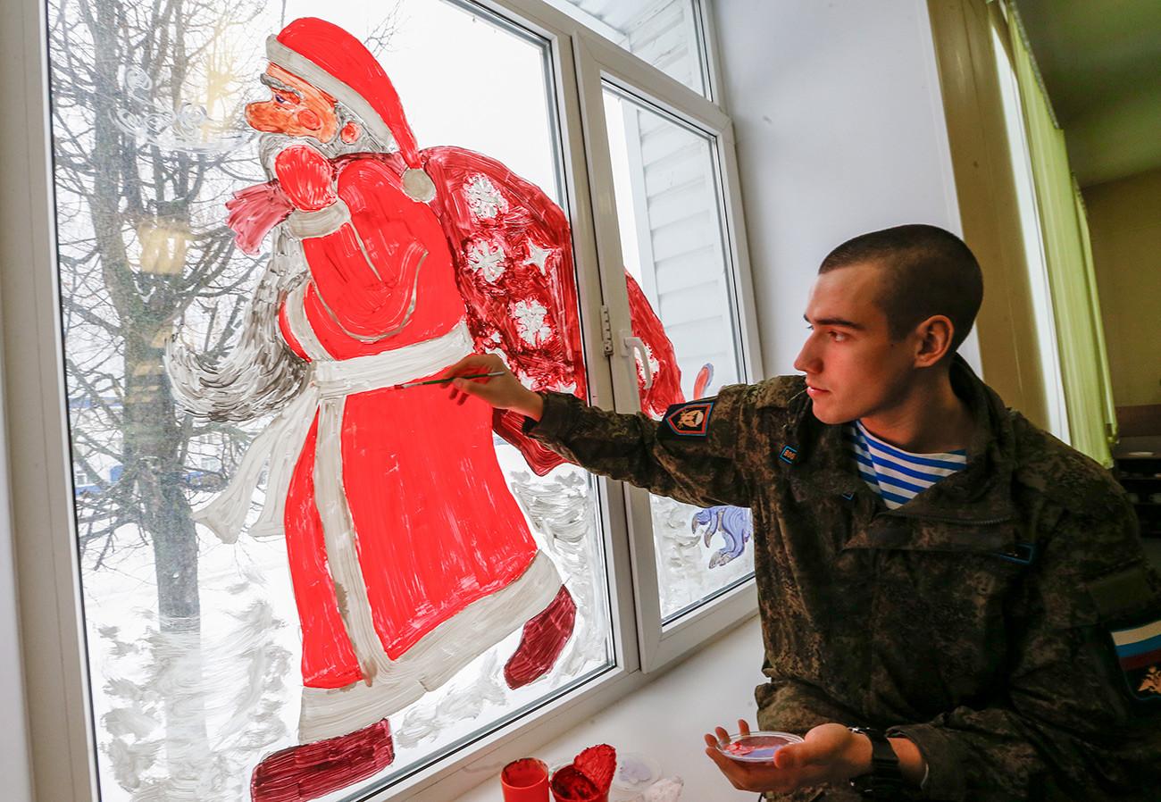 Припадници засебног пука везе десантно-падобранских трупа припремају се за прославу Нове године.