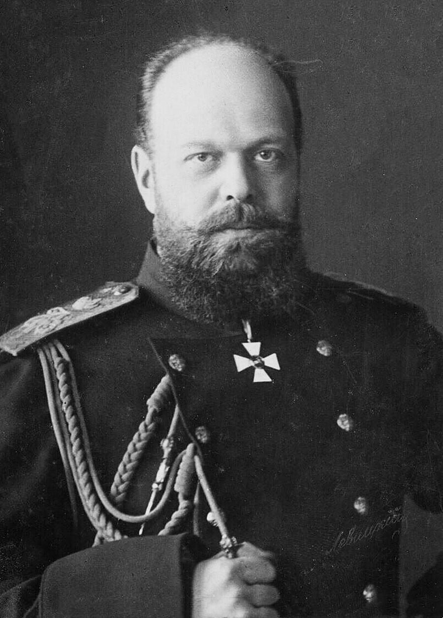 Руски император Александар III у војној униформи.