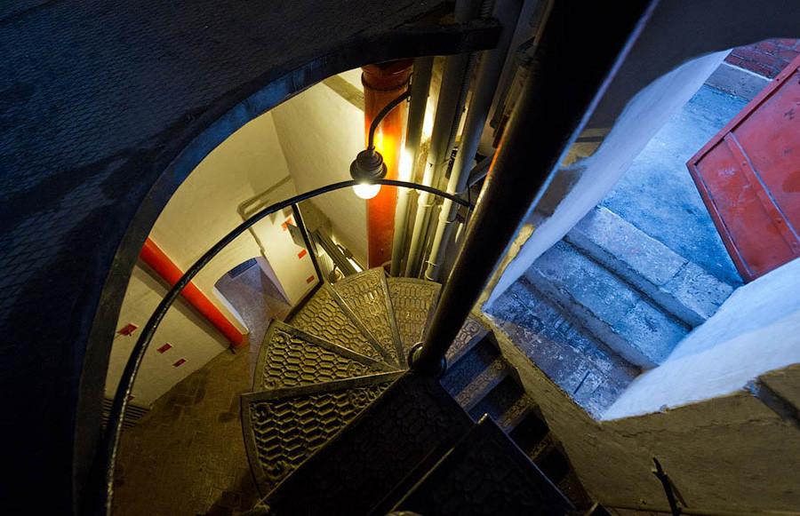 Ове степенице воде на Спаску кулу. Кула има два подеста – један испод часовника, други изнад њега.
