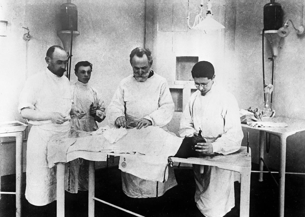 Иван Павлов (втори вдясно) в своята лаборатория. Ленинград, 1927 г.