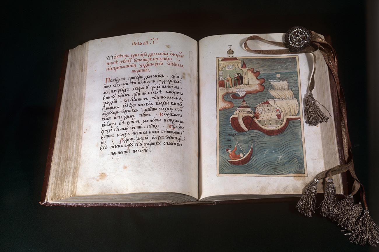 """Ракописна книга """"Духовен лек"""", 17 век. Патријархови одаи. Државен историско-културен музеј """"Московски Кремљ""""."""