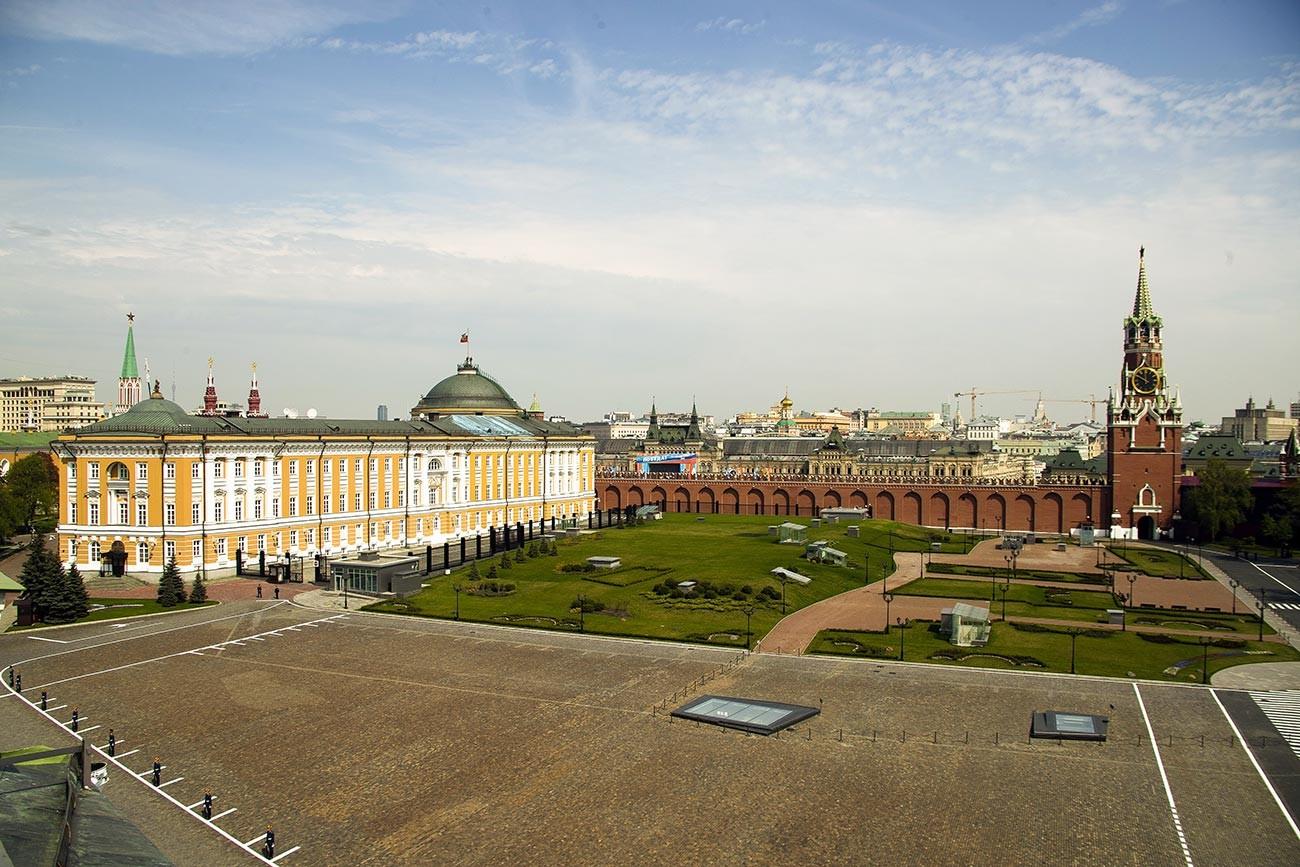 La place Ivanovskaïa du Kremlin. Le bâtiment du Sénat (à gauche) et la tour Spasskaïa (à droite)