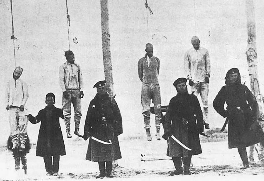 Повешенные революционеры-конституционалисты в Тебризе, 1911 г.. На переднем плане - члены Персидской казачьей дивизии.