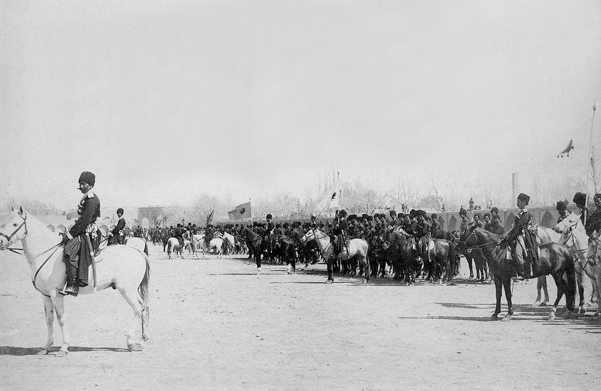 Персијска армија, 1907. Одељење Персијске козачке бригаде на паради.