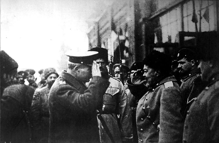 Anton Denikin (dir.) cumprimentando general britânico Frederick Poole, Rússia, 1918