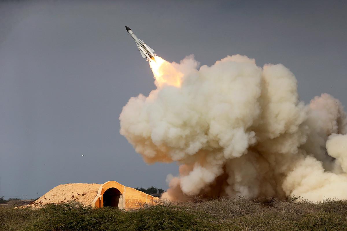 Ракета со голем дострел С-200 испукана на маневрите во пристанишниот град Бушеро, северен брег на Персискиот залив, Иран, 2006 година.