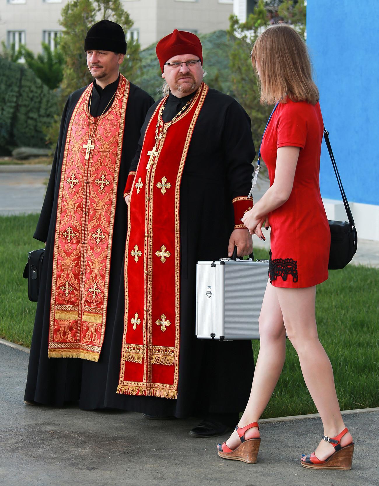 Si una mujeres quiere entrar en una iglesia ortodoxa, debe tener las piernas cubiertas (es mejor encontrar una falda larga) y los hombros.