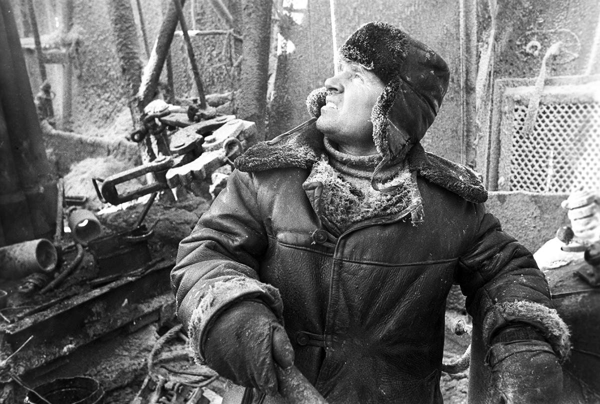 Opérateur de forage dans un village de travailleurs du pétrole, 1971