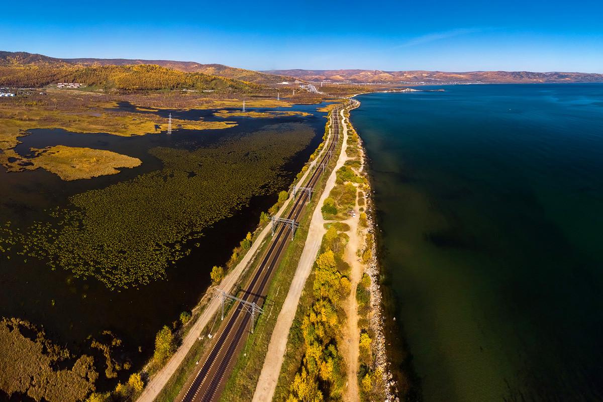 Le chemin de fer qui longe les rives du lac Baïkal