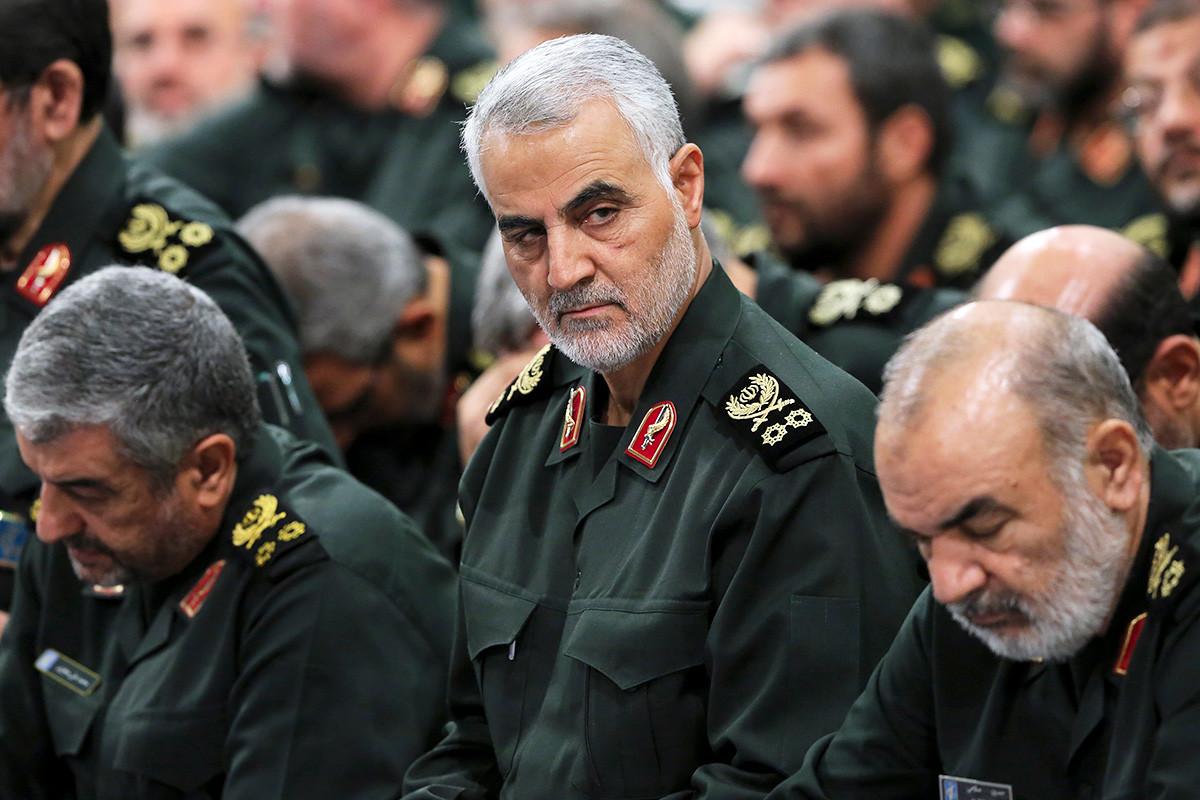 Qassem Soleimani, tengah, menghadiri pertemuan dengan Pemimpin Tertinggi Ayatollah Ali Khamenei dan komandan Pengawal Revolusi di Teheran, 2016.