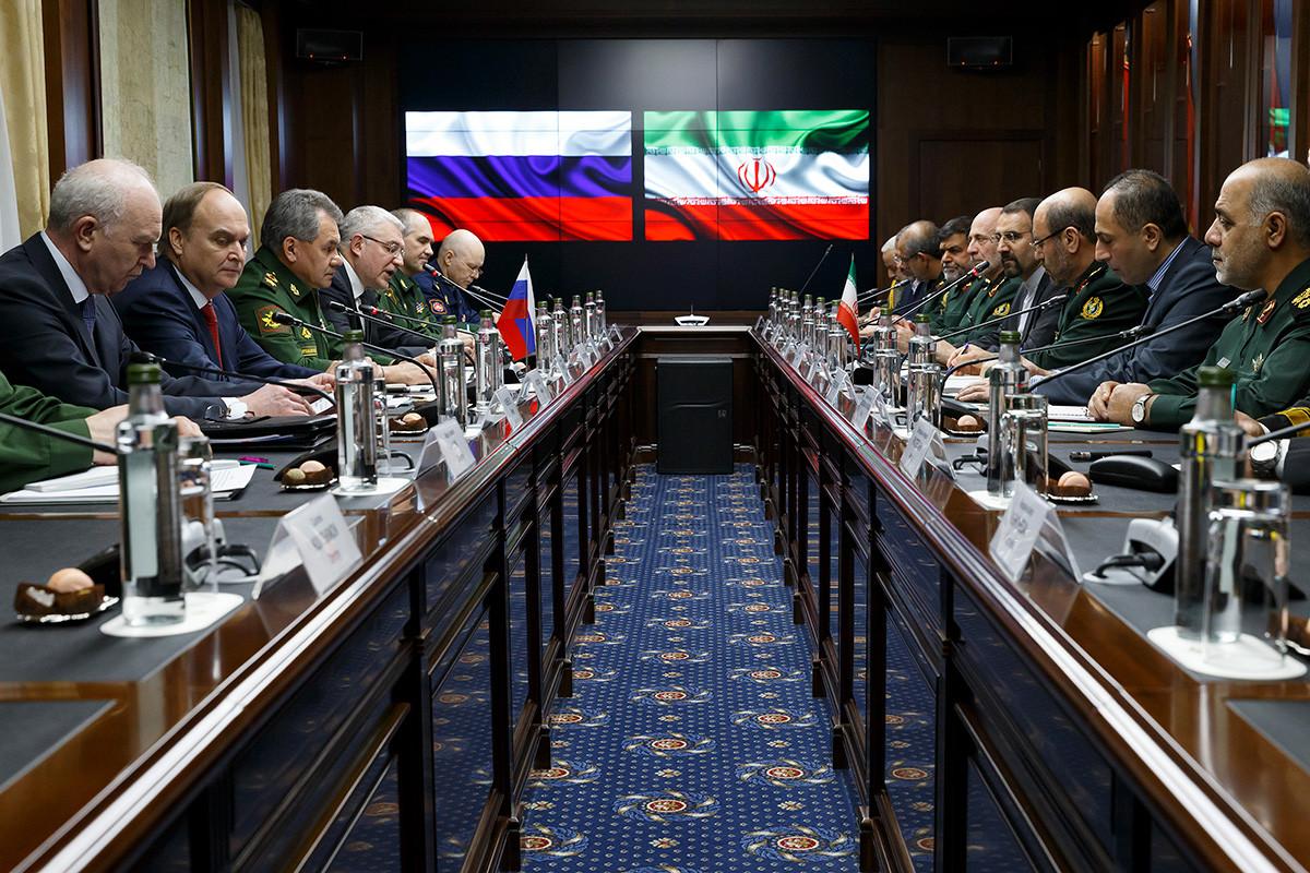 Menteri Pertahanan Rusia Sergei Shoigu (ketiga dari kiri), dan Menteri Pertahanan Iran Hossein Dehghan (ketiga dari kanan) pada sebuah pertemuan di Moskow, 2016.